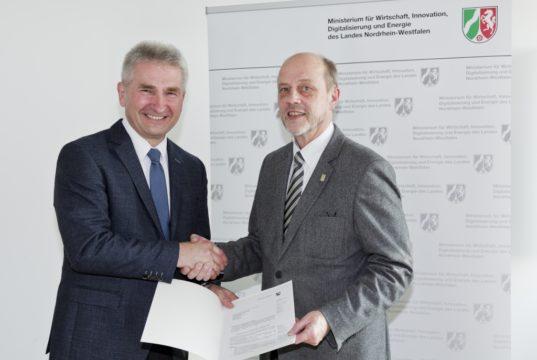 Stadtdirektor Hartmut Hoferichter (re.) erhielt heute den Zuwendungsbescheid von Landes-Digitalminister Andreas Pinkwart. (Foto: © MWIDE / Lichtenscheidt)