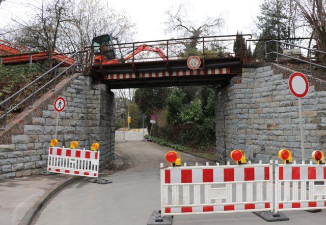 Die Brücke der Korkenziehertrasse, die in Gräfrath über die Gartenstraße führt, wird erneuert. (Foto: © Bastian Glumm)