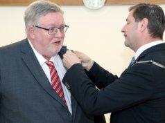 Oberbürgermeister Tim Kurzbach (re.) nahm die Verleihung des Bundesverdienstkreuzes an Prof. Dr. Hans Martin Hoffmeister im feierlichem Rahmen im Rathaus vor. (Foto: © Bastian Glumm)