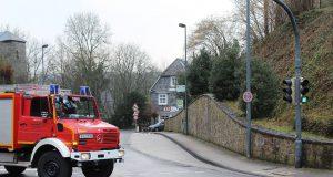 An der Burgtalstraße drohte am Freitagnachmittag ein Baum nach einem Hangrutsch auf die Fahrbahn zu kippen. Die Feuerwehr war im Einsatz und die Burgtalstraße mehrere Stunden gesperrt. (Foto: © Das SolingenMagazin)