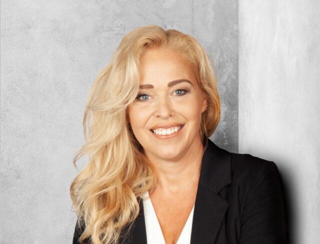 """Caren Benedikt alias Petra Mattfeldt liest am Donnerstag, 16. September, aus ihrem aktuellen Buch """"Grand Hotel 2 – die mit dem Feuer spielen"""" in der Stadtbibliothek Solingen. (Foto: © Sonja Inselmann)"""