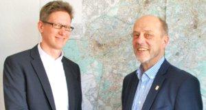 Stadtdirektor Hartmut Hoferichter (re.) begrüßte Carsten Knoch an seinem ersten Arbeitstag im Solinger Rathaus. (Foto: © Stadt Solingen)
