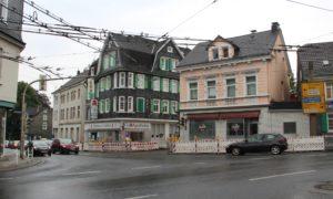 Die Kreuzung Central wir ebenfalls zur Baustelle: In den Gehwegen von Focher Straße, Wuppertaler- und Schlagbaumer Straße werden neue Stromkabel verlegt. Das habe auch Auswirkungen auf den Straßenverkehr. (Foto: © B. Glumm)
