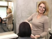 Friseurmeisterin Christiane Droppmann ist mit ihrem Geschäft von der Peter-Knecht-Straße in die Clemens-Galerien gezogen. Damit will die Unternehmerin auch ein Bekenntnis zum Standort abgeben. (Foto: © Bastian Glumm)