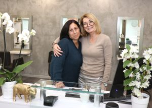 Friseurmeisterin Christiane Droppmann (re.) mit ihrer Mitarbeiterin Jessica Riegel im neuen Salon in den Clemens-Galerien. (Foto: © Bastian Glumm)
