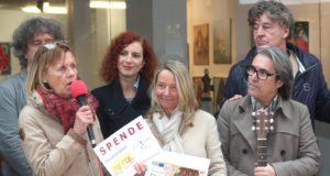 """Künstler und Besucher der Clemens-Galerien sammelten für """"Tischlein deck dich"""", der neue Investor des Einkaufscenters rundete großzügig auf. Vereinsvorsitzende Ulla Feldhaus (li.) freute sich über die Zuwendung. (Foto: © B. Glumm)"""