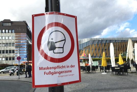 Auch in der Fußgängerzone in der Solinger Innenstadt gilt wegen der Corona-Pandemie derzeit Maskenpflicht. (Foto: © Bastian Glumm)