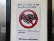 Coronavirus: Mit Hinweisschildern mahnt die Stadtverwaltung im Rathaus Besucherinnen und Besucher zur Vorsicht. (Foto: © Bastian Glumm)