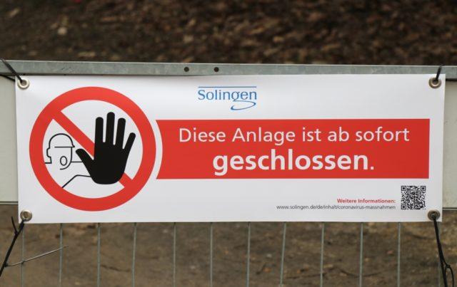 Coronavirus: Spielplätze und Parks sind in Solingen für den Publikumsverkehr komplett gesperrt. Soziale Kontakte sollen so vermieden werden. (Foto: © Bastian Glumm)