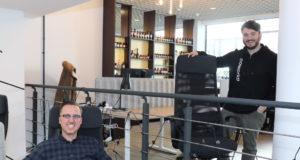 Sven Wagner (li.), Prokurist des Gründer- und Technologiezentrums Solingen sowie Entwickler der Coworking-Idee in der Klingenstadt, und Startup-Manager Phil Derichs im Coworking-Space Mitte an der Linkgasse. (Foto: © Bastian Glumm)