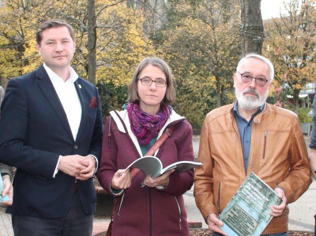 Aus den Händen von Oberbürgermeister Tim Kurzbach (li.) erhält Daniela Tobias am kommenden Mittwoch den