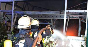 Zu einem Großeinsatz rückte die Feuerwehr am frühen Donnerstagmorgen zur Straße Dellenfeld in Gräfrath aus, ein Firmengebäude stand in Flammen. (Foto: © Tim Oelbermann)