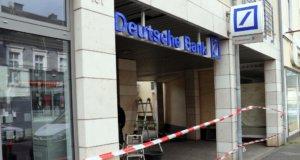 Am frühen Donnerstagmorgen wurde erneut der Geldautomat einer Bank an der Friedrich-Ebert-Straße in Wald gesprengt. (Foto: © Bastian Glumm)