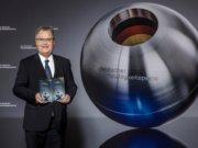 Bürgermeister Ernst Lauterjung nahm am Freitag bei der Verleihung des Deutschen Nachhaltigkeitspreises auch eine Ehrung für die Klingenstadt entgegen. (Foto: © Jochen Rolfes)