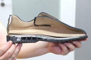Querschnitt eines speziellen Schuhs für Diabetiker: Nähte sucht man vergebens, der Innenteil des Schuhs ist sehr weich ausgepolstert. Eine versteifte Sohle sorgt für eine Schonung der Gelenke. (Foto: © Bastian Glumm)