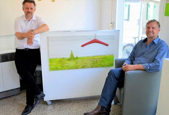 Galerist Dirk Balke (li.) zeigt in einer neuen Ausstellung rund 40 Exponate des Künstlers Christian Deckert. (Foto: © Martina Hörle)