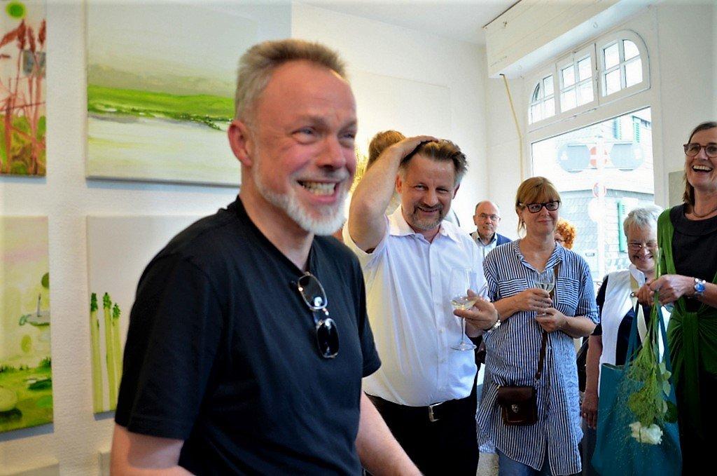 Künstlerkollege Markus Kottmann hält die Ansprache bei der Ausstellungseröffnung. (Foto: © Martina Hörle)
