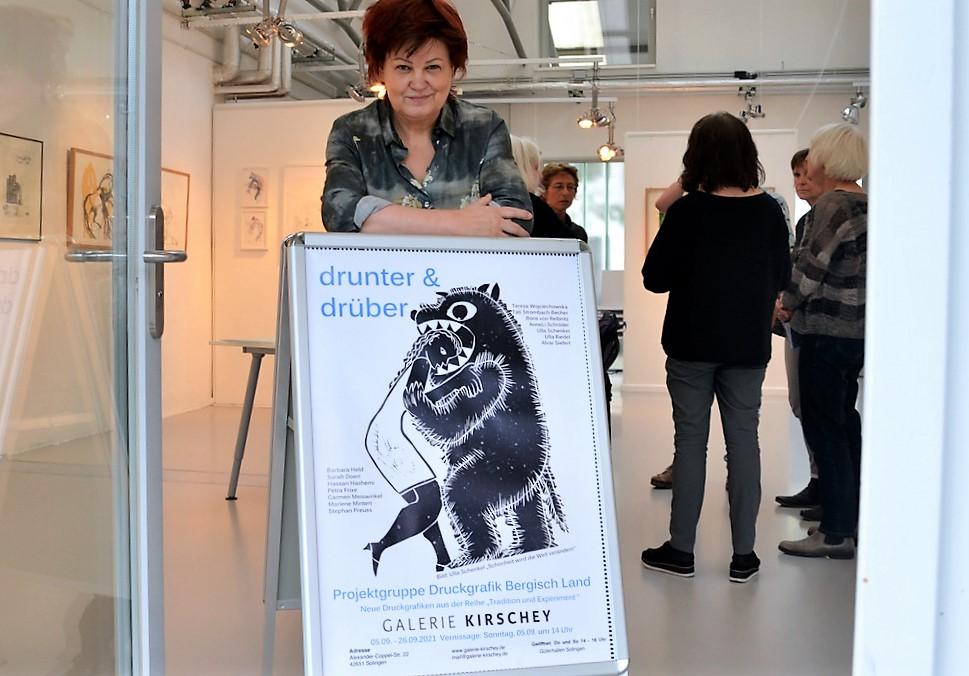 Galeristin Astrid Kirschey freut sich, dass die Projektgruppe Druckgrafik Bergisch Land auch in diesem Jahr wieder bei ihr ausstellt. (Foto: © Martina Hörle)