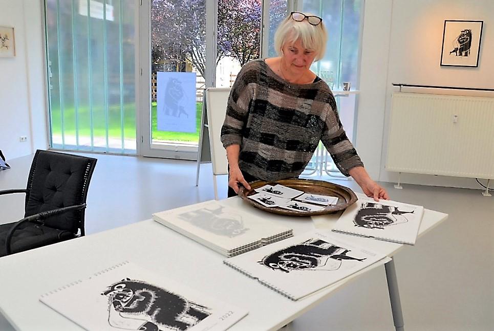 Ulla Riedel legt für die Ausstellung den gerade druckfrisch erschienenen Kalender bereit. Er erscheint bereits im achten Jahr in Folge. (Foto: © Martina Hörle)