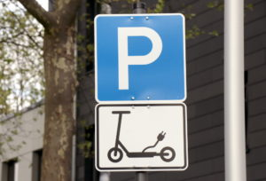 An stark nachgefragten Orten wurden Parkzonen für die E-Scooter eingerichtet. (Foto: © Bastian Glumm)