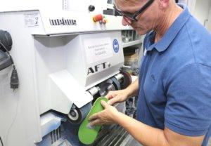 In der hauseigenen Werkstatt des Sanitätshauses Köppchen werden orthopädische Schuheinlagen nach Maß angefertigt. (Foto: © Bastian Glumm)