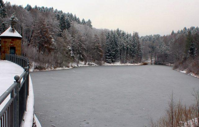 Aufgrund der anhaltenden Minusgrade bildete sich zuletzt Eis auf den Talsperren. Der Wupperverband warnt davor, die Eisflächen zu betreten. Es besteht Lebensgefahr. (Archivfoto: © T. Oelbermann)