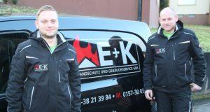 Sebastian Engels (24, li.) und sein Kollege Michél Kurzweg (26) wagten im vergangenen Herbst den Schritt in die Selbstständigkeit. Zum Leistungsportfolio der beiden Firmengründer gehört neben dem Brandschutz auch der Gebäudeservice. (Foto: B. Glumm)