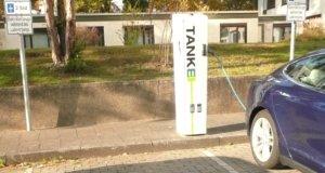 An der Schwanenstraße in Ohligs haben die Stadtwerke Solingen gegenüber der St. Lukas Klinik eine Ladestation mit zwei Stellplätzen für E-Autos in Betrieb genommen. (Foto: © Kplus Gruppe)