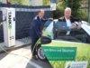 Stefan Grunwald (li.), Vorstandsvorsitzender der Stadt-Sparkasse Solingen und Andreas Schwarberg, Geschäftsführer der Stadtwerke Solingen, nahmen jetzt die neue Ladesäule für Elektroautos vor der Sparkassen-Filiale Central in Betrieb. (Foto: © Stadtwerke Solingen)