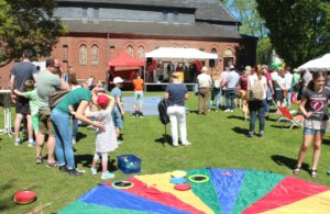 Im Pfarrgarten St. Engelbert an der Sandstraße startete der Ferien(s)pass am Sonntag mit einem bunten Kinderfest. (Foto: © Bastian Glumm)