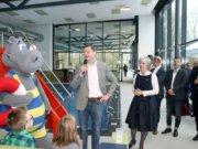 Oberbürgermeister Tim Kurzbach mit Kirsten Olsen-Buchkremer, Geschäftsführerin der Solinger Bädergesellschaft, am Samstag bei der Eröffnung des neuen Familienbads Vogelsang. (Foto: © Bastian Glumm)