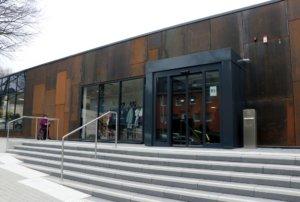 Die Fassade des Hallenbads soll an die Industriegeschichte Solingens - mit Bezug zu Stahl und Klingen - erinnern und kommt im Rost-Look daher. Dafür wurde Corten-Stahl verbaut. (Foto: © Bastian Glumm)