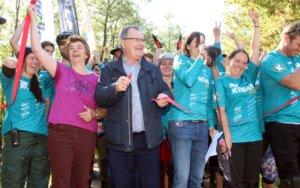 Bürgermeister Ernst Lauterjung durchschnitt am Sonntag das Band und gab den Klingentrail frei. An seiner Seite Bezirksvertreterin Birgit Evertz (li.) und Sonja Granzow (re.) vom Klingentrail-Team. (Foto: © Bastian Glumm)