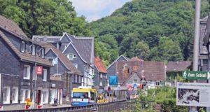 Im Zuge der aktuell laufenden Kanalbauarbeiten in Unterburg an der Eschbachstraße muss die Mühlendammbrücke vom 10. bis zum 14. Juli gesperrt werden. (Foto: © Tim Oelbermann)