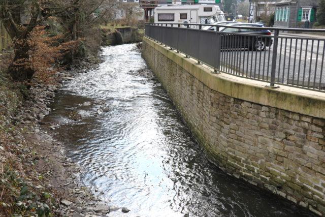 Altbestand-Ufermauern am Eschbach in Unterburg sind von Unterspülungen betroffen. Der Wupperverband führt ab kommender Woche Reparaturarbeiten durch. (Foto: © Bastian Glumm)
