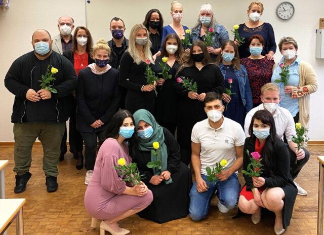 Nach drei Jahren Ausbildung konnten 14 Frauen und drei Männer den Abschluss ihrer Ausbildung in der Altenpflege am St. Joseph Fachseminar für Altenpflege feiern. (Foto: © Lisa Tamms/Kplus Gruppe)