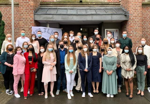 36 frisch examinierte Gesundheits- und Krankenpfleger und -pflegerinnen beenden erfolgreich ihre Ausbildung am Katholischen Bildungszentrum Haan. (Foto: © Lisa Tamms/Kplus Gruppe)