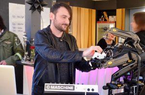 Dorian Kaletta, immer auf der Suche nach neuen Klangwelten, befasst sich hauptsächlich mit elektronischer Musik. Sie bietet ihm unendliche Möglichkeiten zur Schaffung einmaliger Klangmodulationen. (Foto: © Martina Hörle)