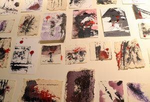 Das Künstlertrio erstellte für die Gäste der Finissage in kurzer Zeit viele kleine Kunstwerke zum Mitnehmen. Dazu wurden wie in dem Gemeinschaftswerk die Farben Schwarz, Weiß und Rot verwendet. (Foto: © Martina Hörle)