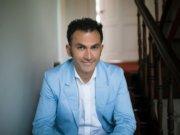 """Auf dem Podium wird am 29. Oktober auch Fatih Cevikkollu sitzen. Der Kölner Kabarettist wird zu Beginn einen ebenso humorvollen wie spitzfindigen Impuls über """"typische Ausländer und andere Deutsche"""" geben. (Foto: © Tolga Talas)"""