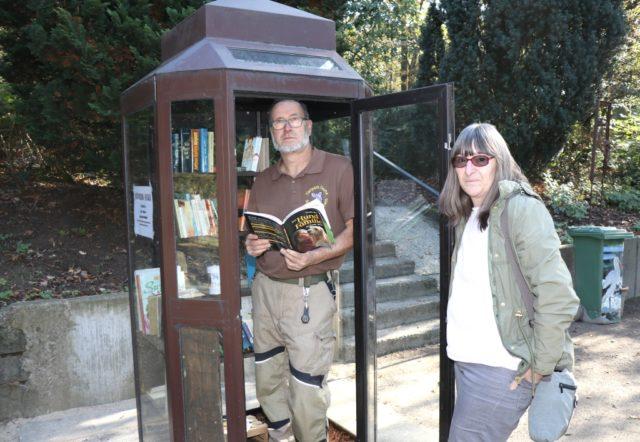 Nahmen jetzt den neuen Bücherschrank in Betrieb und hoffen auf ganz viele Nutzer: Vera Schramm, Geschäftsführerin der Fauna, und Landschaftsgärtner Dirk Groß. (Foto: © Bastian Glumm)