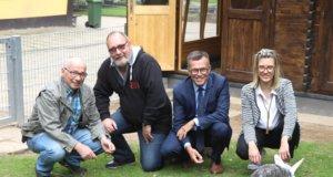 Haben jetzt offiziell das neue Kaninchen-Gehege in der Fauna eingeweiht: v.li. Die Fauna-Vorstände Gerd Postelmann und Ulrich Schramm mit Martin Idelberger und Franziska Klötzer von der Stadt-Sparkasse Solingen, die das Projekt mit 7.500 Euro unterstützte. (Foto: © Bastian Glumm)