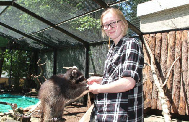 Seit Anfang Mai setzt Leonie Johland (21) ihre Ausbildung zur Tierpflegerin in der Fauna fort. Angefangen hatte sie diese in einem Park in Rheinland-Pfalz, wo die junge Frau allerdings nicht glücklich wurde. (Foto: © B. Glumm)