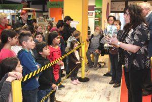 Alles musste seine Ordnung haben. Denn 300 Kids beschert man nicht mal eben so. Artig warteten die Kinder, bis sie an der Reihe waren und ihr Geschenk bekamen. (Foto: © Bastian Glumm)