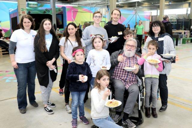 Kristina Hellwig (li.) von der Volksbank im Bergischen Land begrüßte jetzt Kinder und Betreuer des Felix Kids-Club im Remscheider Hugodrom. (Foto: © Bastian Glumm)