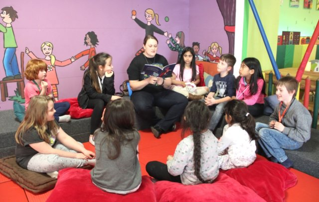 Vorlesepaten lesen in Kindergärten, der Stadtbibliothek, Grund- und Förderschulen vor, gestalten Lesenächte und Museumsaktionen. Am 21. Juli findet ein Workshop statt. (Symbolfoto: © Bastian Glumm)