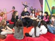 """Die Solinger Autorin Christina Willemse stellte jetzt im Felix Kids-Club ihr neues Kinderbuch """"Der kleine Drache Rüdiger und die Suche nach dem Drachenstein"""" im Rahmen einer Lesung vor. (Foto: © Bastian Glumm)"""