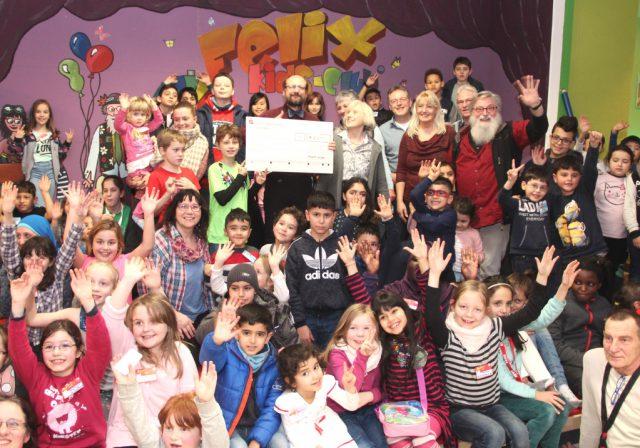 Große Freude herrschte am Mittwoch im Felix Kids-Club, denn die Merscheider Chöre brachten einen Spendenscheck in Höhe von 1.850 Euro mit. (Foto: © Bastian Glumm)