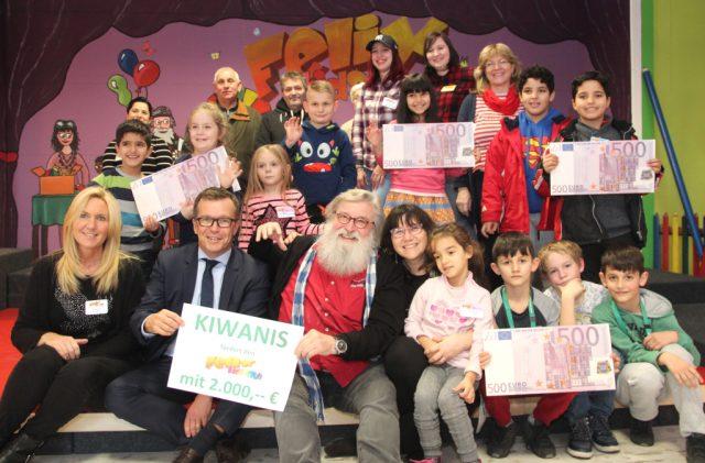 Der Felix Kids-Club freut sich über eine Spende in Höhe von 2.000 Euro des Kiwanis Clubs Solingen. Die symbolischen Scheine brachte am Mittwoch Martin Idelberger von Kiwanis (1. Reihe, li.). Gunter
