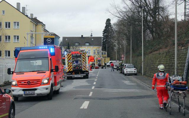 Zu einem Großeinsatz rückte am Mittwochnachmittag die Feuerwehr zur Bahnstraße aus. Gemeldet war ein Zimmerbrand in einem Wohnheim. (Foto: © Das SolingenMagazin)